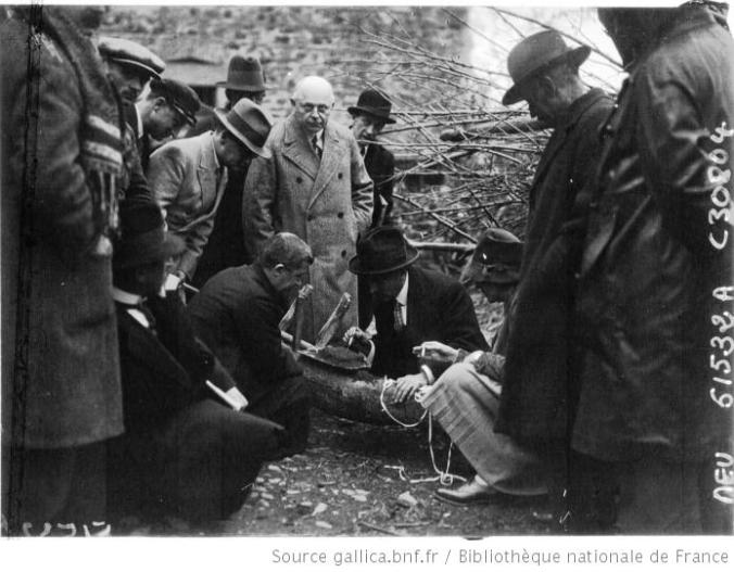 Une équipe de fouilles examinant une brique