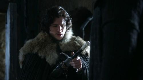 jon snow regarde une épée