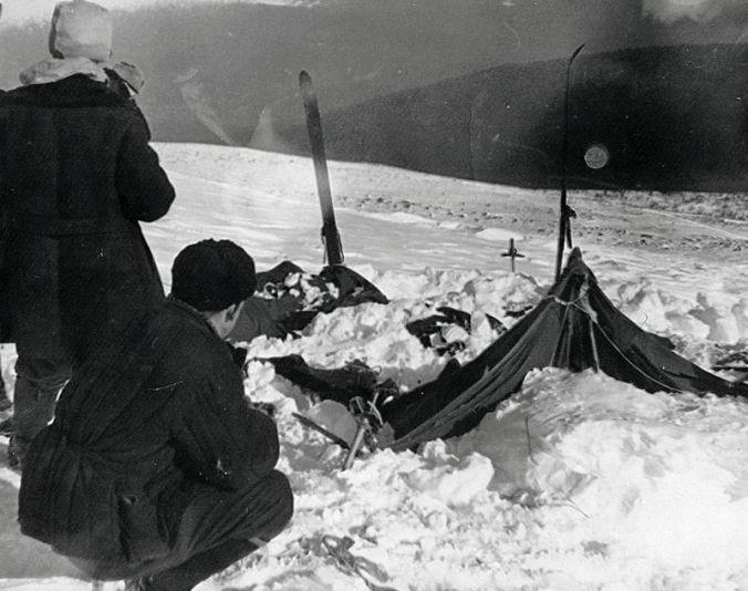 Les enquêteurs découvrant la tente des skieurs