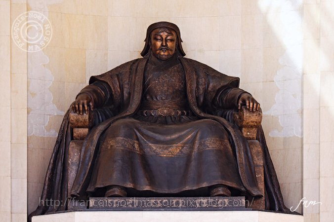 Statue de Gengis Khan au Parlement de Mongolie (Credits : François-Noël MASSON)