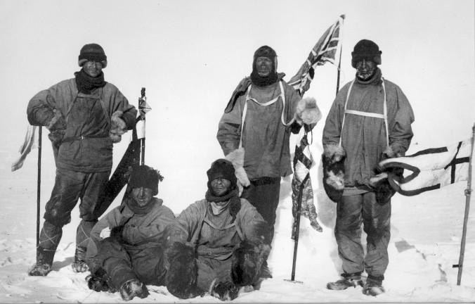Le groupe qui atteindra le Pôle Sud, le 17 Janvier 1912 (Source : Wikipedia)